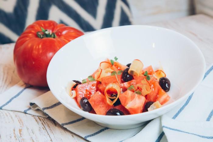 Ensalada de tomate rosa de Navarra con aceitunas negras y maruca - Chiringuito de El Señor Martin