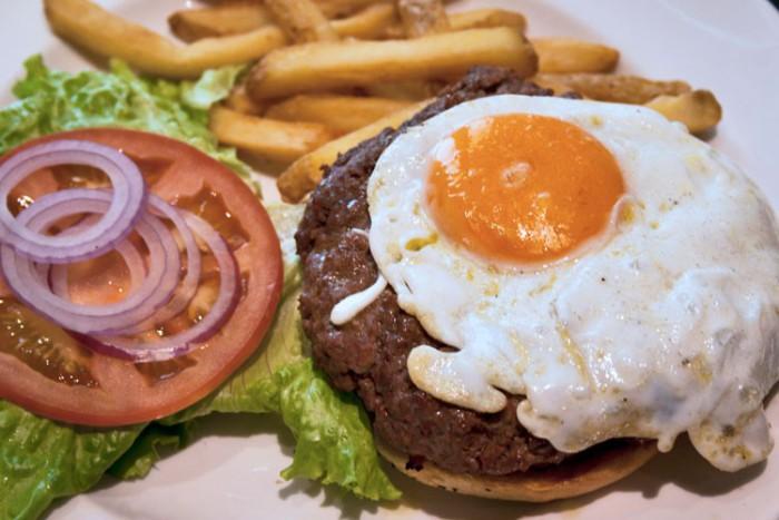 Harlem burger, huevo frito, bacon, tomate, lechuga y cebolla a la parril...