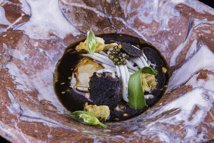 Huevo de kika con angula, trufa y caviar_Arbidel