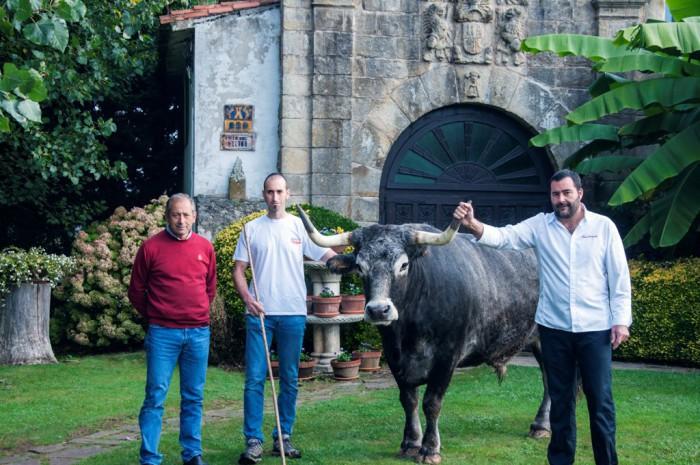 El chef Jose Antonio Gonzalez junto a los ganaderos Manuel Quintana padre e hijo