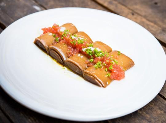 Puerros con escabeche asiático y caviar de tomate - El Mendrugo