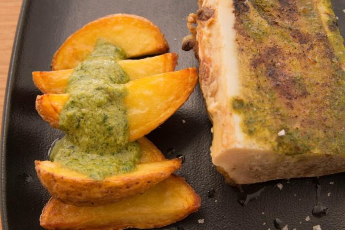 Tuétano al horno con guarnición de patata asada con salsa ají amarillo y huacatay_1