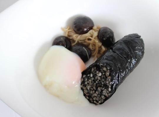 Morcilla de calamares en su tinta con huevo trufado a baja temperatura y setas_La sopa boba