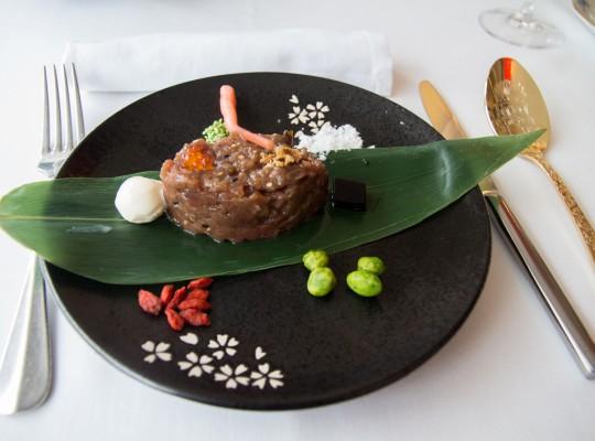 Tartar de atún rojo sobre hoja de bambú_La sopa boba (3)