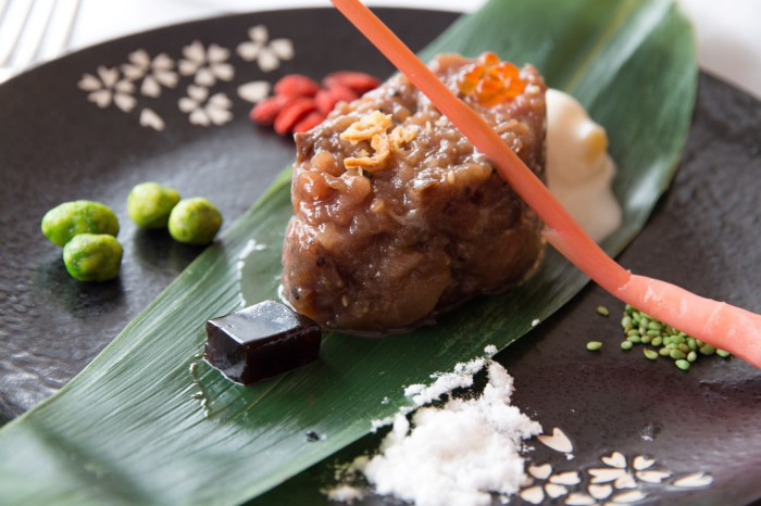 Tartar de atún rojo sobre hoja de bambú_La sopa boba