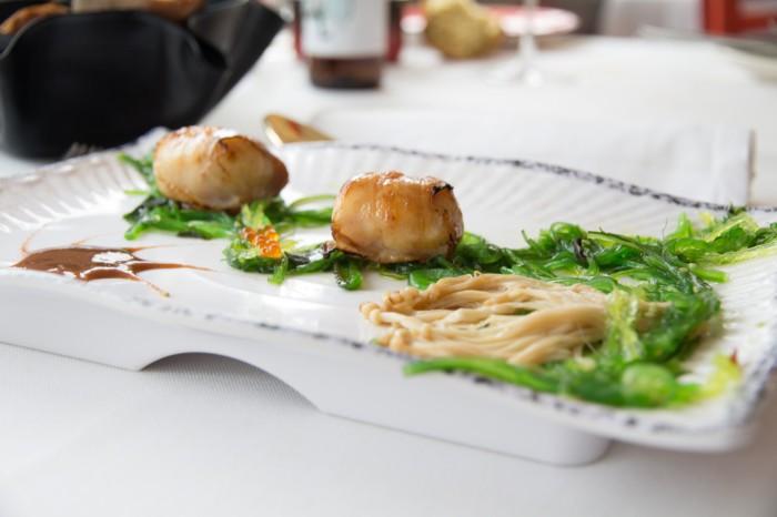 Vieras envueltas en Panceta ibérica con alga wakame y salsa de tamarindo_La sopa boba (2)