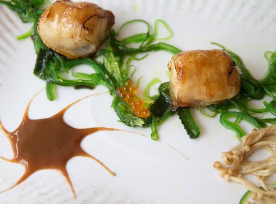 Vieras envueltas en Panceta ibérica con alga wakame y salsa de tamarindo_La sopa boba
