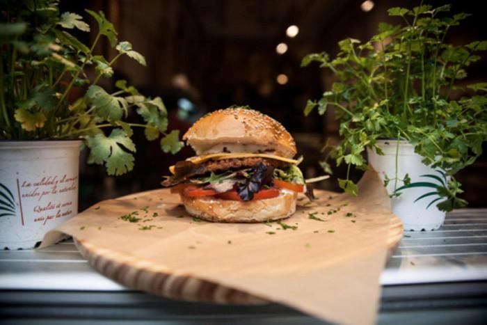 Americano Burger de soja cebolla roja cebolla crujiente brotes queso vegano y salsa vegana de la huerta