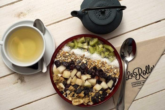 Desayuno ligero con bowl de yogur con cereales, frutas y mermelada casera - La Rollerie3
