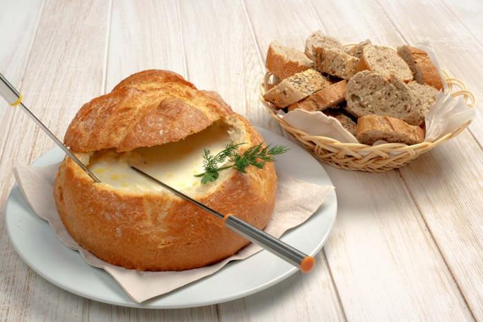 Fondue de queso al vodka servido en hogaza de pan especial  - La Rollerie