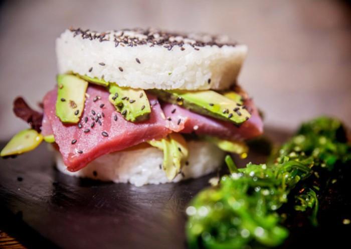 Hamburguesa de sushi con sashimi de atún rojo, aguacate, mayonesa japonesa, cebolla crujiente y brotes tiernos - Amargo place to be