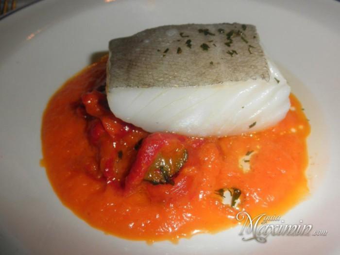 Lomo-de-bacalao-al-horno-con-crema-de-coliflor-y-verduras-en-tempura-1024x768