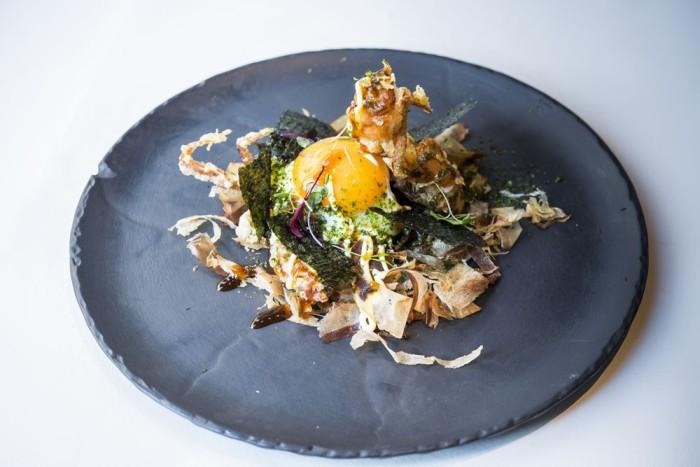 Okonomiyaki de cangrejo Soft Shell en tempura crujiente, huevo frito y salsa Japo - Oribu