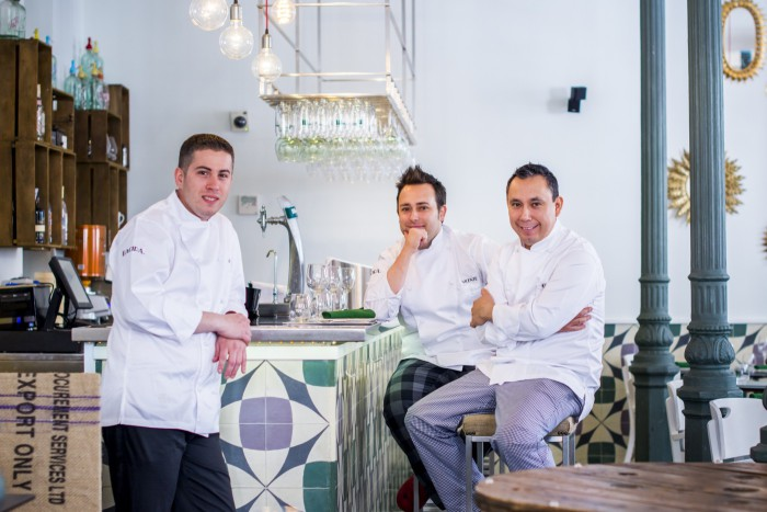 Carlos Langreo (izquierda), Vicente de la Red (centro) y Gabriel Zapata (derecha), chefs y propietarios de BACIRA.