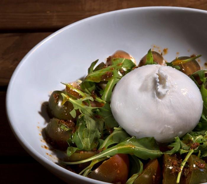 Ensalada de tomate kumato con burrata fresca, rúcula y aceite de albahaca - Los Galayos