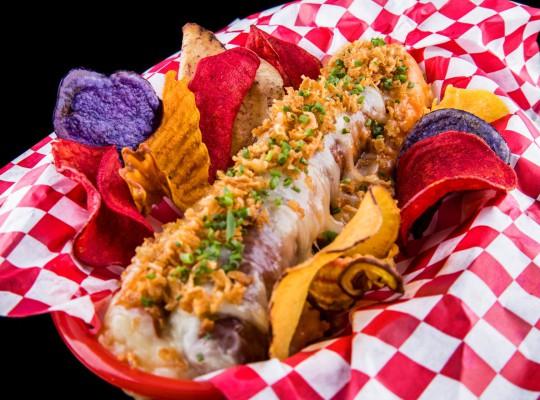 Hot dog de longaniza de Avilés, queso ahumado de Pría y Vidiago, piperrada de cebolla, pimientos, ajo y cebolla crujiente_Ewan Beach Club