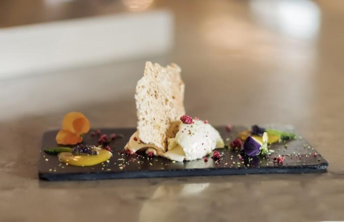 Mousse de lima, teja arrugada y salsa de frutas con gel de violetas. Postre solidario, La Barra de Sandó