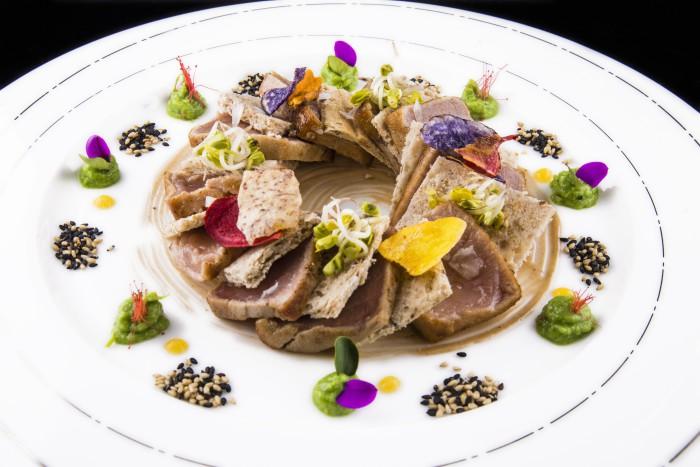 Tataki de atún con emulsión de ajonegro, chips y germinados_Ewan Beach Club