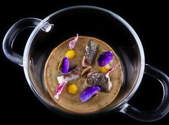 Anguila ahumada y trufa, pilpil de coliflor y ajonegro a modo de ajoblanco_Arbidel_1