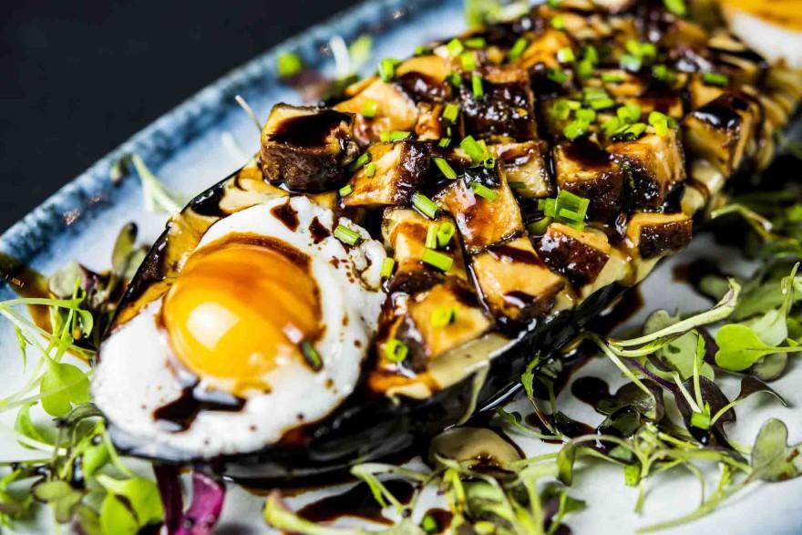 Berenjena so-asada acompañada de cremoso de foie y huevo de codorniz -Kyoto