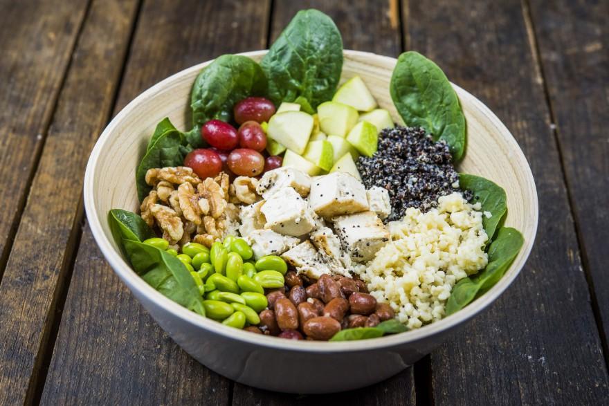 Happy Salad Amazonas, espinaca, edamame, uvas, nueces, trigo sarraceno, alubias rojas, quinoa nefgra, kale, tofu tostado y manzana, Happy Green 2