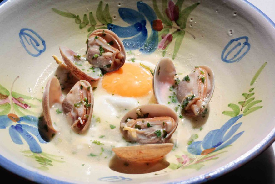 Huevos al Jerez con almejas - La Malaje