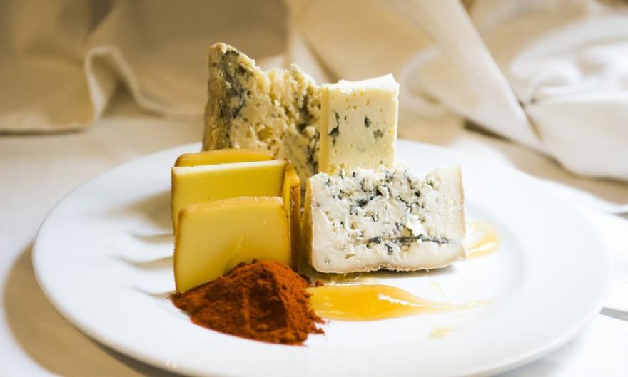 Tabla-de-quesos-asturianos-con-membrillo-de-manzana-La-Buena-Sidra