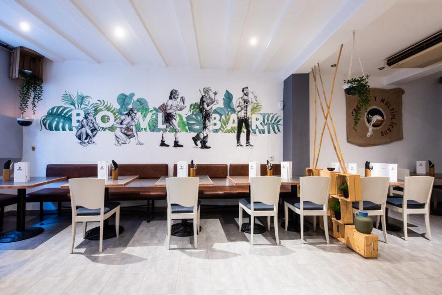 Sala Con Mural Pintado A Mano, Bowl Bar