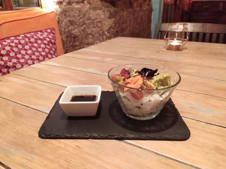 Poke Bowl De Atún Marinado Con Guacamole, Tomate Cherry, Algas Y Salsa De Soja Con 2 Fogones
