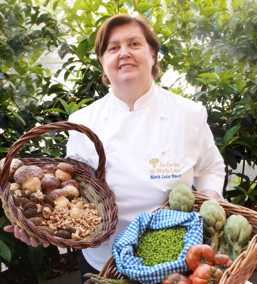 María Luisa Banzo Rodeada De Productos De Primavera, La Cocina De María Luisa