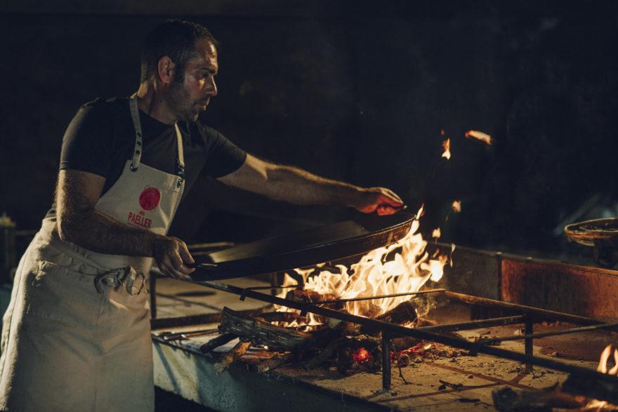 El Paeller, Rafa Coloca Paella Sobre Fuego