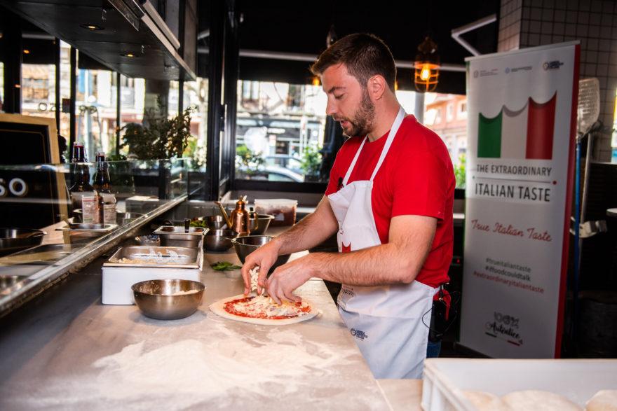 Fabrizio Polacco Elaborando La Pizza Margherita Grosso Napoletano True Italian Taste