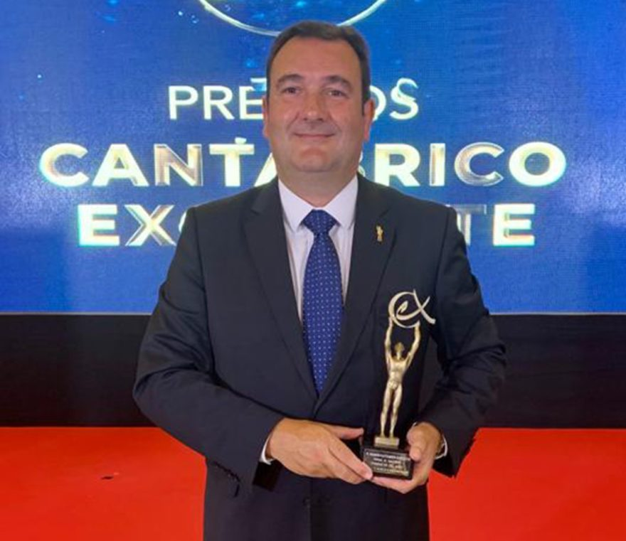 Ricardo Cabeza Con El Premio Cantábrico Excelente Mr Copia