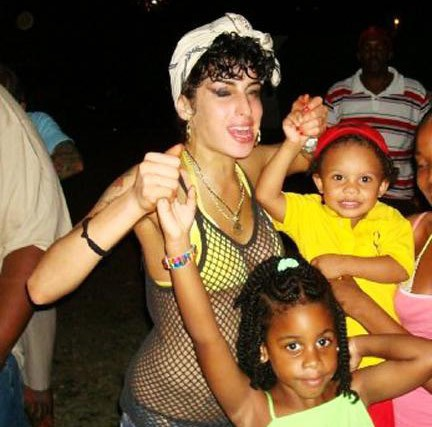 Amy Winehouse quiere adoptar un niño de Santa Lucía