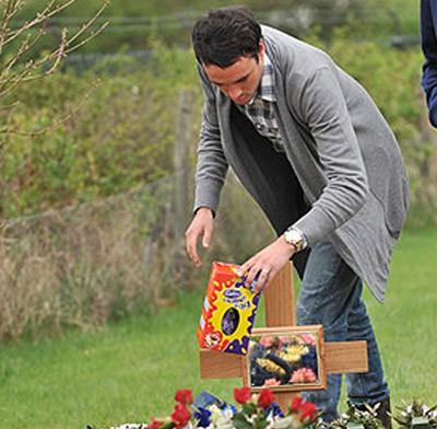 Jack Tweed lleva un huevo de Pascua a la tumba de Jade Goody