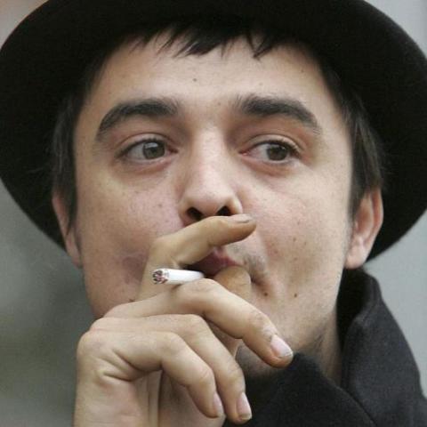 Arrestan a Pete Doherty por consumir heroína en un avión