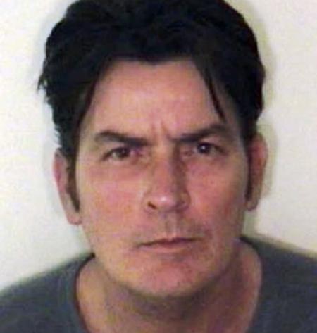 el actor charlie sheen fue detenido por violencia domestica