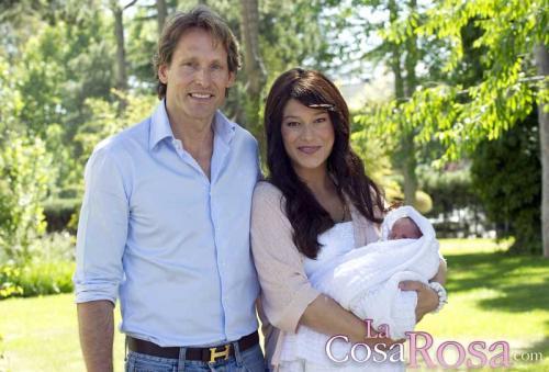 Sonia Ferrer y su marido Marco Vricella presentan a su hija