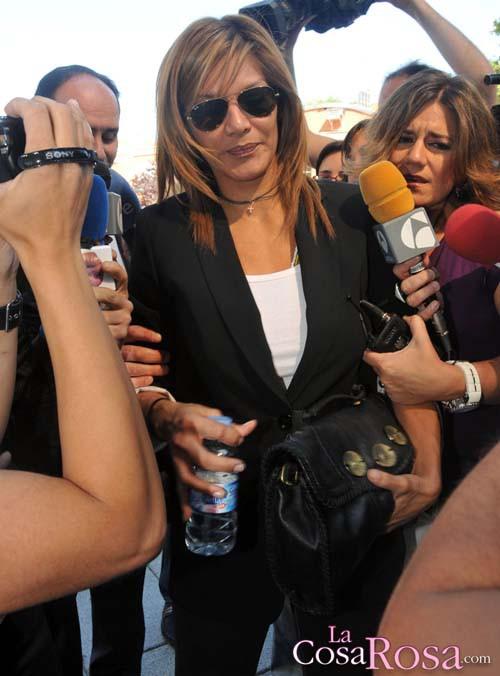 Ivonne Reyes saliendo de los juzgados