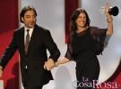 Julia Roberts recibe emocionada el premio Donostia de manos de Javier Bardem
