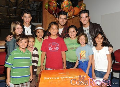 Los Jonas Brothers con un grupo de niños