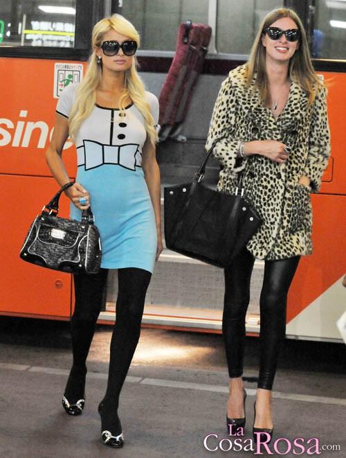 Paris y Nicky Hilton llegan a Japón