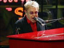 Elton John contra Kim Kadarshian esa 'vieja fulana salida de alguna parte'