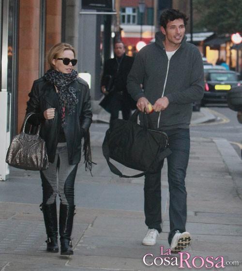 Kylie Minogue se plantea tener un hijo y casarse con Andrés Velencoso