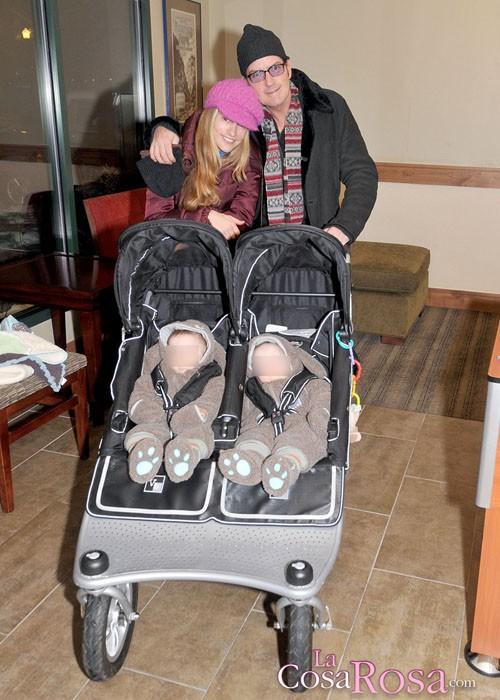 Charlie Sheen y Brooke Mueller con sus dos hijos