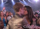 Justin Bieber y Selena Gomez se besan en televisión