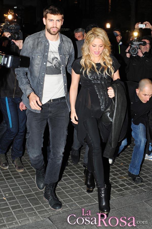 Shakira, embarazadísima, acude a la presentación del libro de su padre en Barcelona