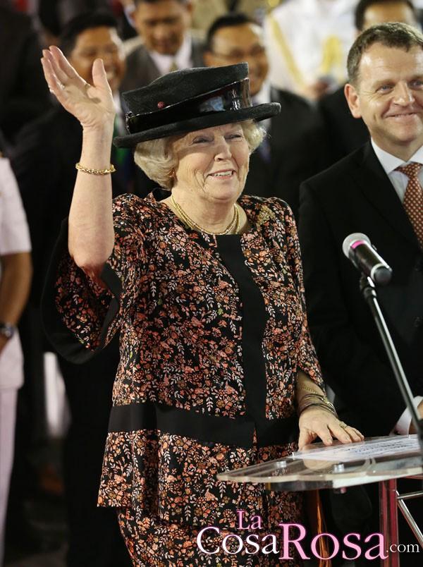 Beatriz de Holanda abdica y cedéra el trono a su hijo Guillermo