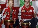 Fernando Alonso celebra junto a Dasha Kapustina su victoria en Shanghái