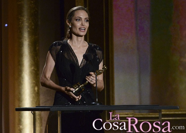 Angelina Jolie recoge emocionada su Oscar honorífico